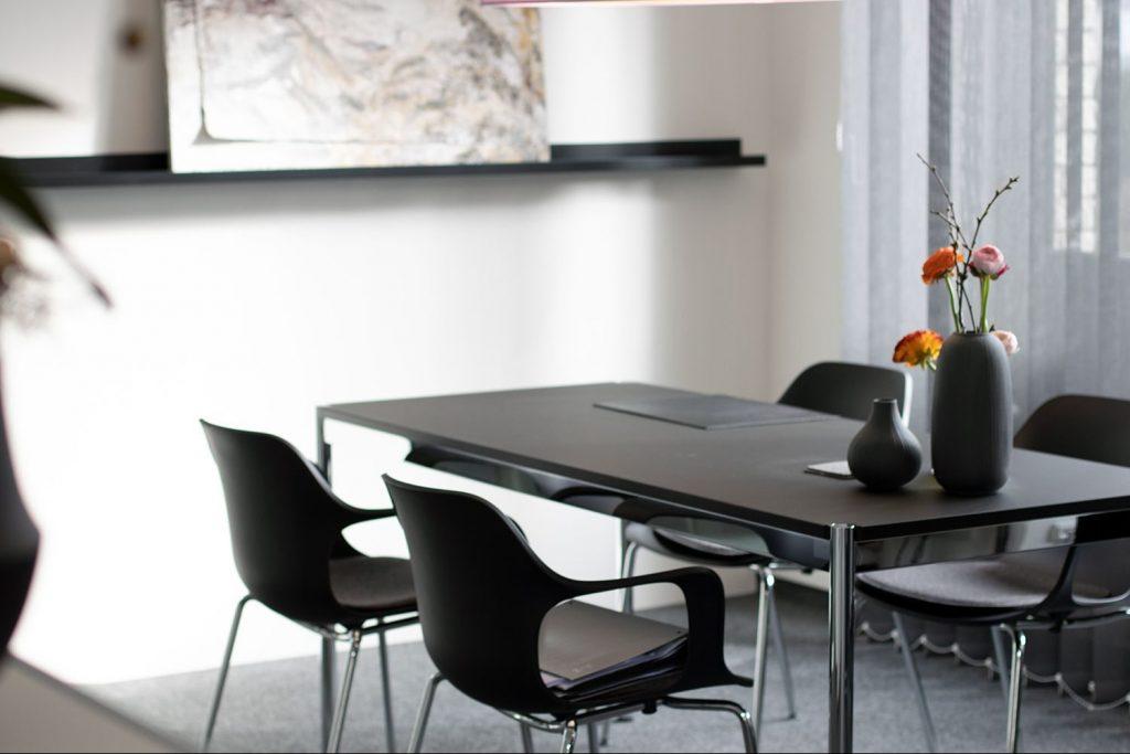 Tisch mit Stühle - Büro - Rechtsanwältin Bauer Familienrecht, Arbeitsrecht, Mediation